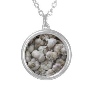 Rå vitlök som kryddar den sunda mattapeten silverpläterat halsband