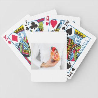 Räcka håll, människa somhjärta modellerar på spelkort