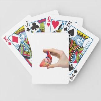 Räcka håll modellerar människahjärta mellan spelkort