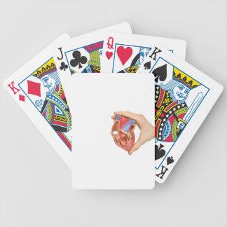 Räcka innehav modellerar öppen människahjärta på spelkort