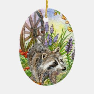 Racoon vid blomsterträdgården julgransprydnad keramik