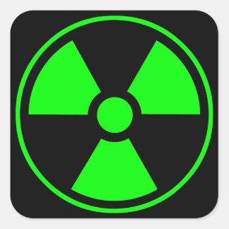 Radioaktiv utstrålningssymbolgrönt och svart fyrkantigt klistermärke