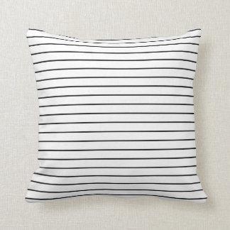 Randig dekorativ kudde för minsta svart vit