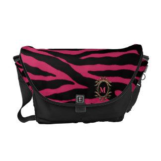 Randig Monogrammessenger bag för mörk rosa sebra Kurir Väskor
