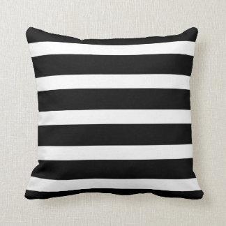 Randig svartvit dekorativ kudde