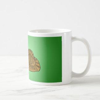 Randig tecknadkattunge för brunt med grön bakgrund vit mugg