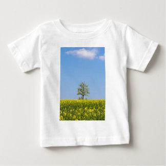 Rapeseedfält med äppleträd och blå himmel tee shirt