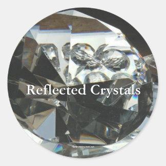 Reflekterade kristaller runt klistermärke