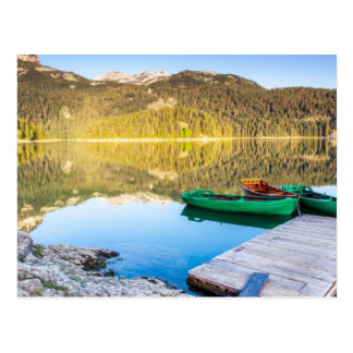Reflexion i vatten av bergsjöar och fartyg vykort