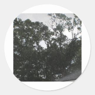 Regna regnar går bort runt klistermärke