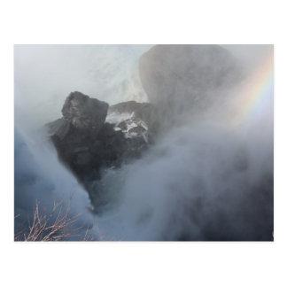 Regnbåge i vykort för for för vitvattenflod