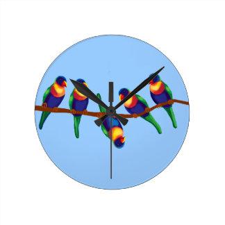Regnbågelorikeets på en gren rund klocka