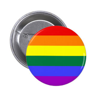 Regnbågeprideflagga knäppas nål