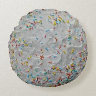 Regnbågestänk på vitglasyr på kaka rund kudde