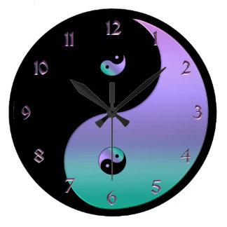 Regnbågsskimrande Yin Yang tar tid på Stor Klocka
