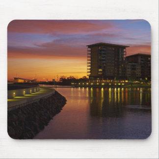 Rekreationlagun och lägenheter på solnedgången musmatta