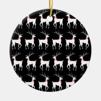 Ren med röda pilbågar på svart rund julgransprydnad i keramik