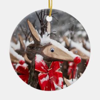 Ren- och vinterbär rund julgransprydnad i keramik