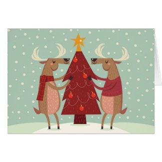 Ren som dekorerar julgranhelgdagkortet hälsningskort