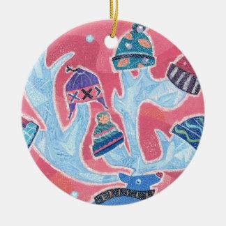 Ren som ha på sig många hattar i vinterjul rund julgransprydnad i keramik