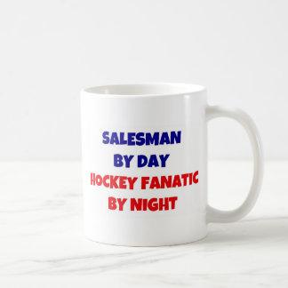 Representant av daghockeyfanatikern vid natt vit mugg