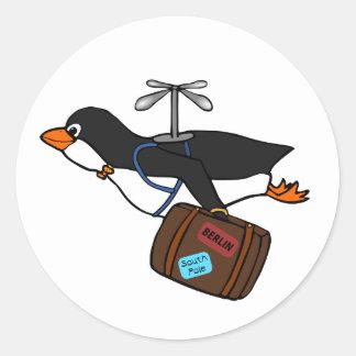 Resande flyghelikopterpingvin med resväska runt klistermärke