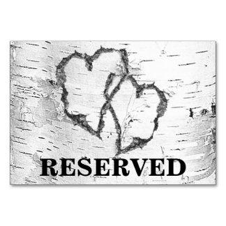 Reserverade bröllopbord för björken undertecknar bordsnummer