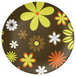 Retro gult och orangen blommar på brunt porslinstallrik