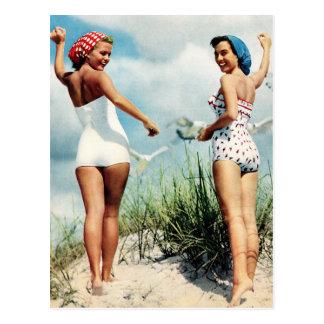Retro kvinna60-tal för vintage som surfar vykort