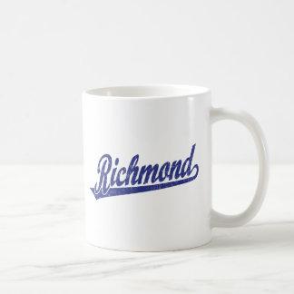 Richmond skrivar logotypen i bedrövade blått kaffemugg