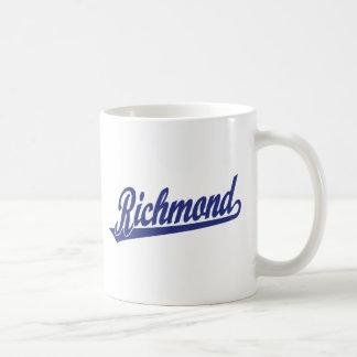 Richmond skrivar logotypen i blått kaffemugg
