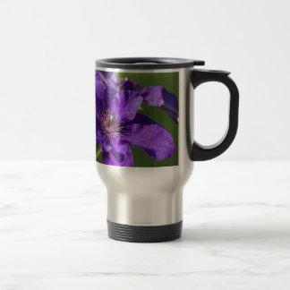 Rik blommarmakro för purpurfärgad Clematis Resemugg