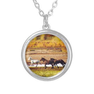 Rinnande hästar halsband med rund hängsmycke