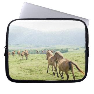 Rinnande hästar laptop sleeve