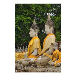 Ro av Buddha statyer, den Wat Yai chayaen Mongkol Fototryck