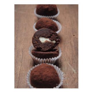 Ro av chokladtryfflar på trä vykort
