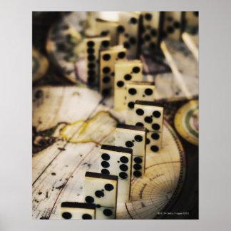 Ro av domino på karta för gammal värld poster