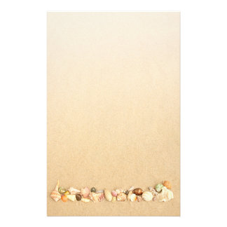 Ro av snäckskal på strandsanden brevpapper