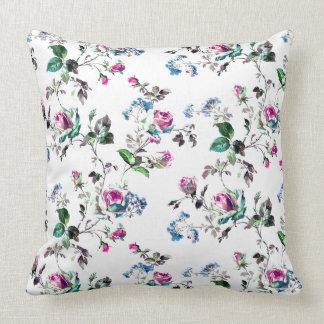 Ro - rosa ros & blåa blommor över vit kudde