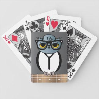 Rockabilly uggla som leker kort spelkort