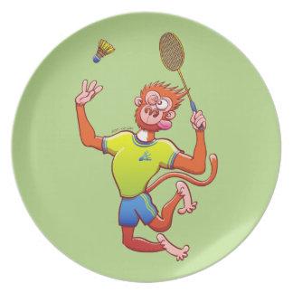 Röd apa som leker badminton tallrik