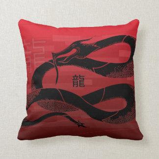 Röd bakgrund för svart japansk drake kudde