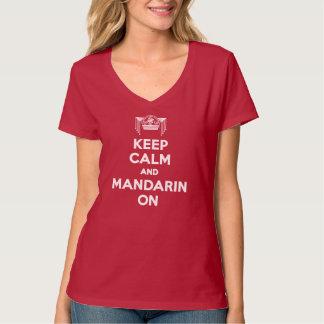 Röd behållalugn och Mandarin på damV-nacke T Shirts