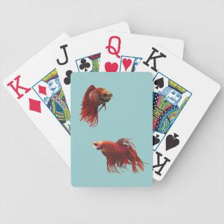 Röd Betta fisk som leker kort Spelkort