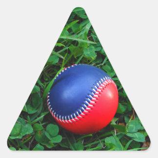 Röd & blåttbaseball med att sy för vit triangelformat klistermärke