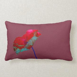 Röd blåttvallmo på lilor lumbarkudde