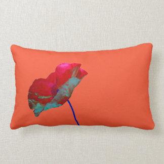 Röd blåttvallmo på orange rosor lumbarkudde