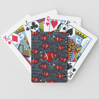 Röd fisk som leker kort spelkort