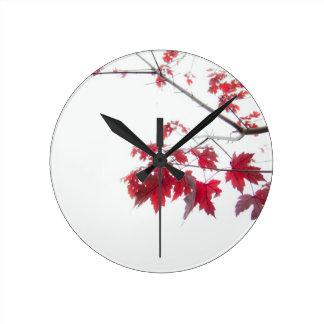 röd höst löv på en gren rund klocka