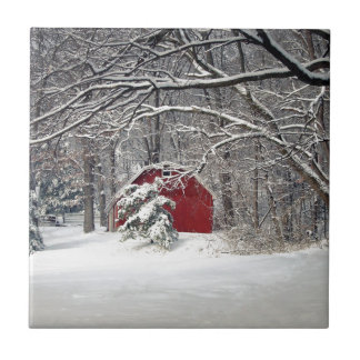 Röd ladugård i snön 2011 kakelplatta